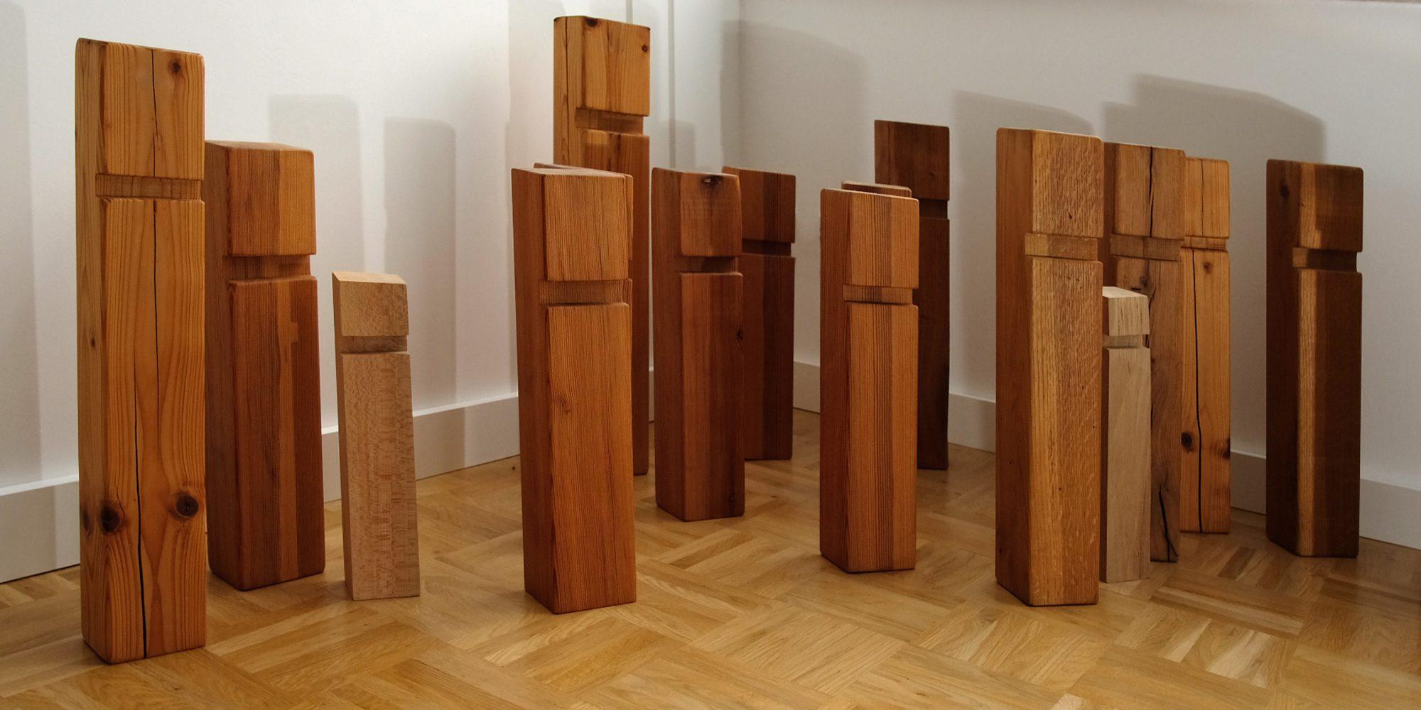 Familienaufstellung in der Familientherapie mit Holzfiguren